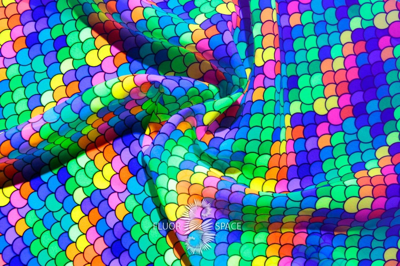 Флуоресцентные платки и пляжные парео